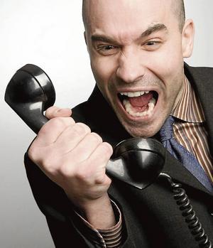 Simpático atendente se expressando após colocar o telefone no